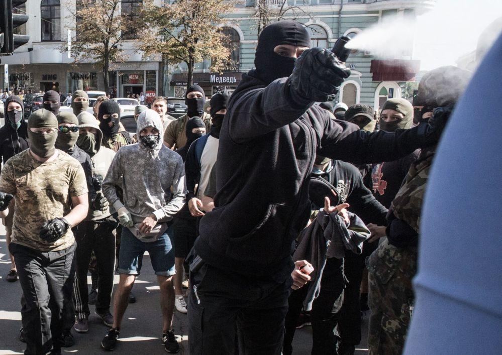 Protestujący przy budynku rady miasta w Charkowie
