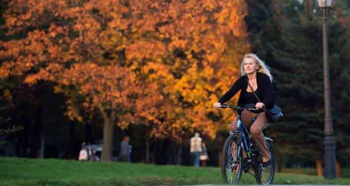 Dziewczyna na rowerze w parku Muzeon w Moskwie