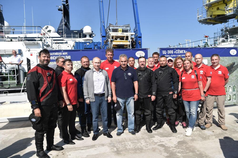 Władimir Putin z członkami ekspedycji podczas wizyty na wyspie Gogland