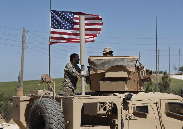 Amerykański wojskowy rozmawia z żołnierzem ze wspieranej przez USA syryjskiej opozycji w północnej Syrii