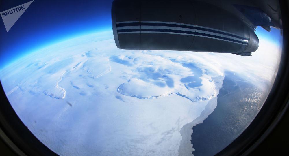 Jedna z wysp archipelagu Nowa Ziemia na Oceanie Arktycznym