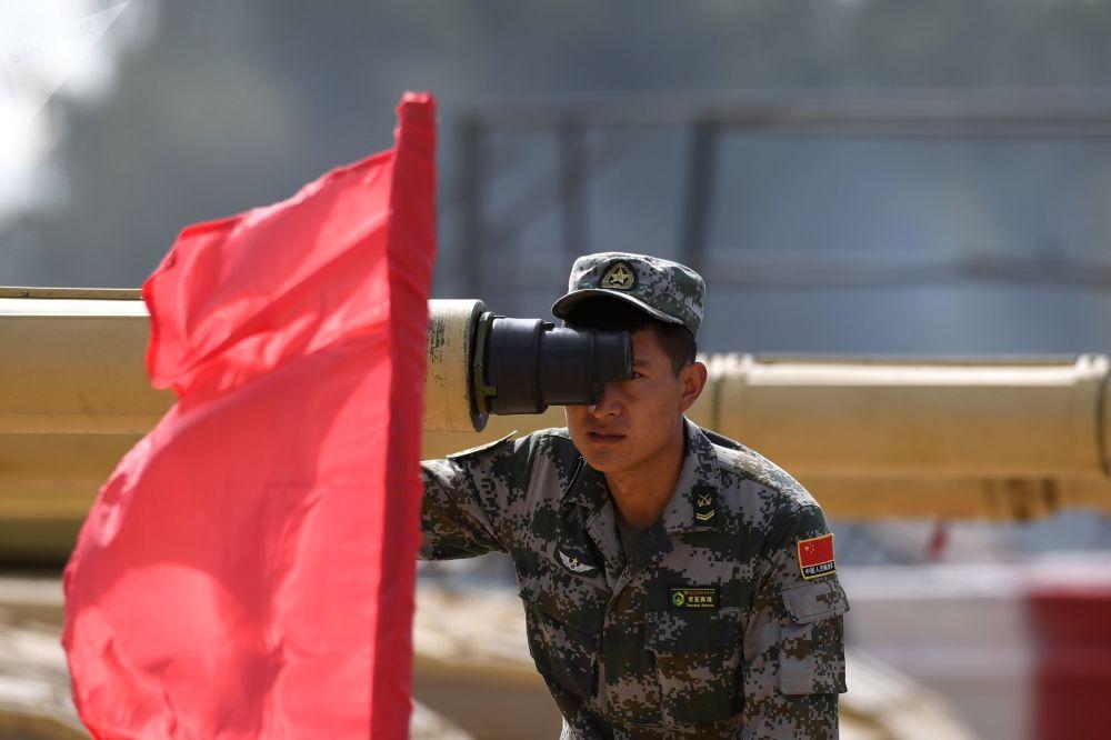Uczestnik biathlonu czołgowego z Chin