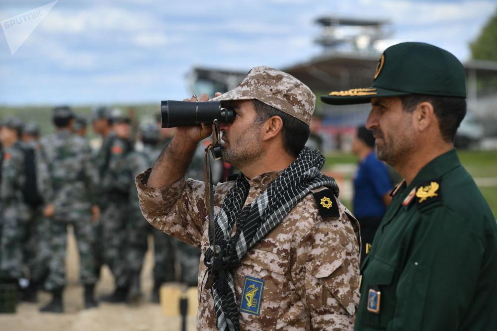 Uczestnicy biathlonu czołgowego z Iranu