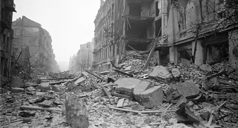 Widok na warszawską ulicę w latach II wojny światowej