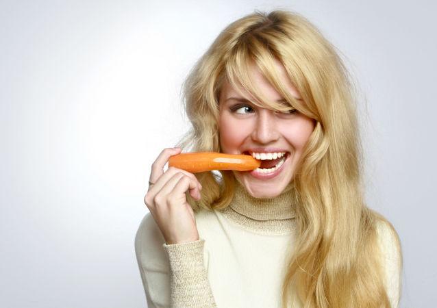 Blondynka z marchewką