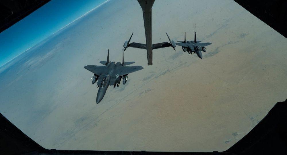 Amerykańskie myśliwce F-15E Strike Eagle w czasie patrolowania Zatoki Perskiej