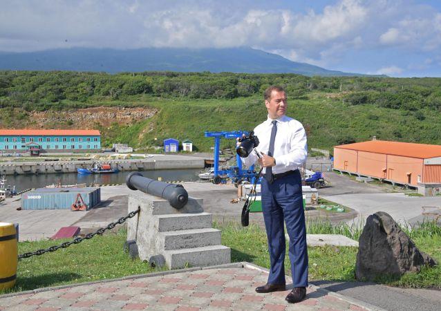 Szef rządu Federacji Rosyjskiej Dmitrij Miedwiediew podczas wizyty na wyspie Iturup, która należy do południowych Wysp Kurylskich