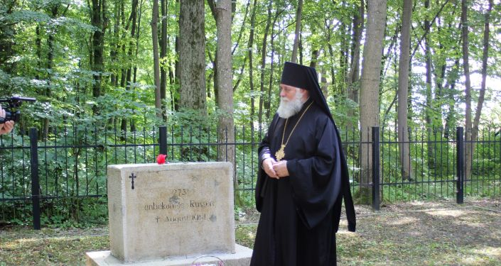Biskup czerniachowski Mikołaj przed grobem, w którym pochowano 273 nieznanych rosyjskich żołnierzy
