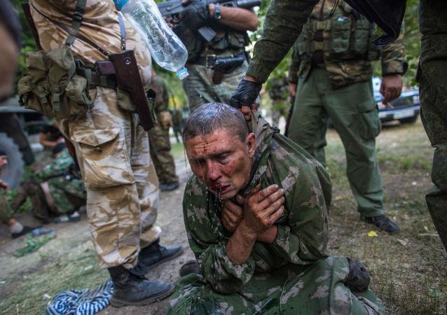 Ukraiński desantowiec, który został zatrzymany jako jeniec pod Szachtarskiem