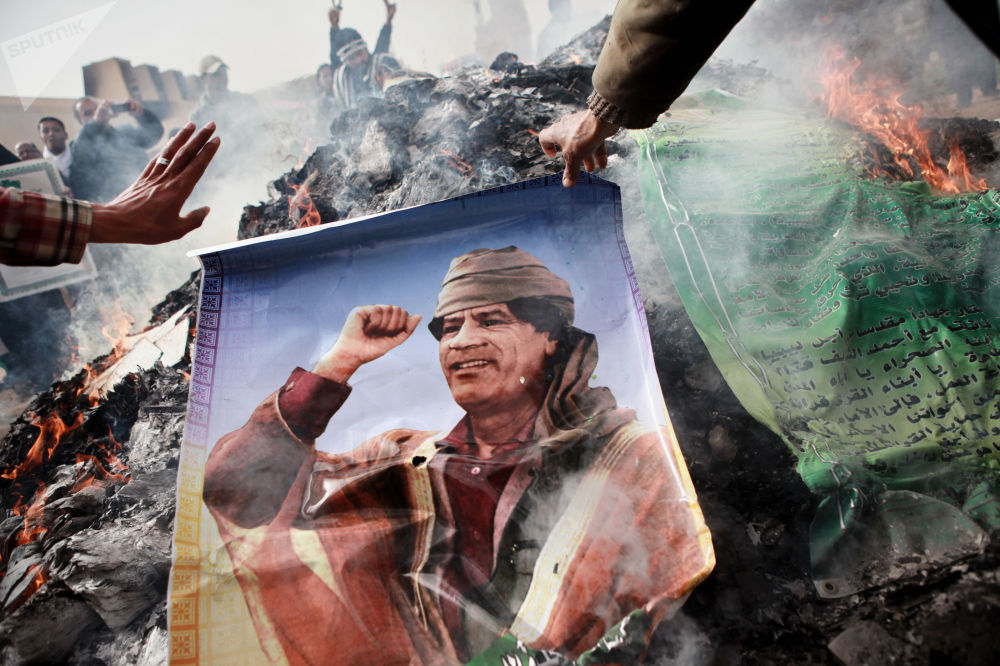 Mieszkańcy Bengazi palą plakaty z Mu'ammarem al-Kaddafiem