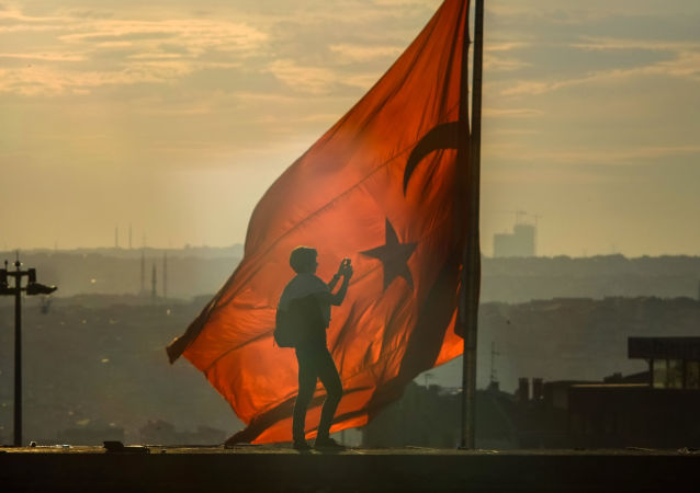Turecka flaga na placu Taksim w Stambule