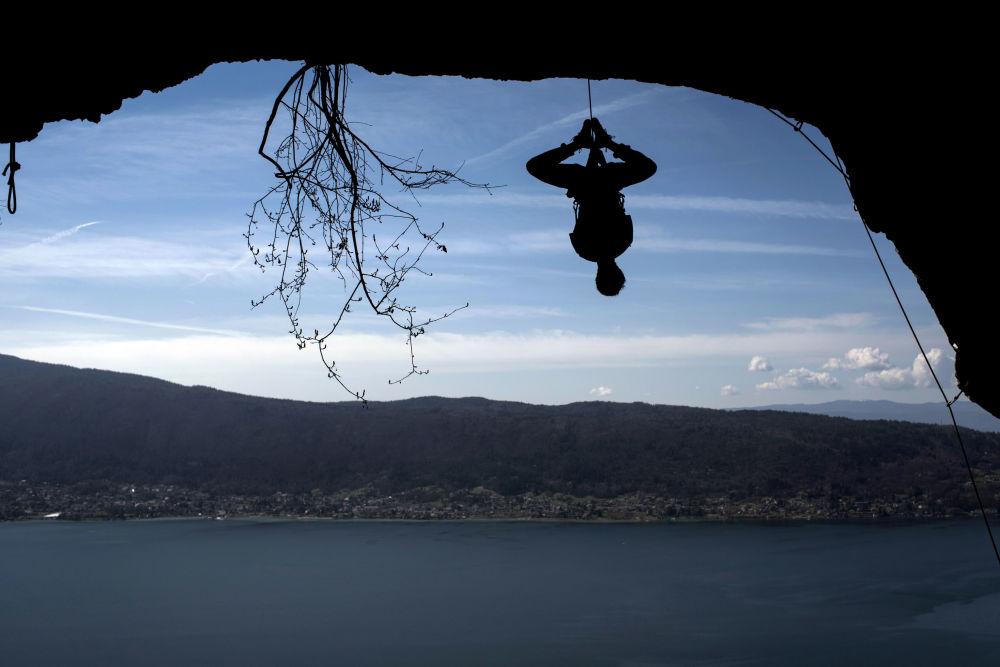 Alpinista Christophe Dumarest podczas treningu przy jeziorze Annecy we Francji