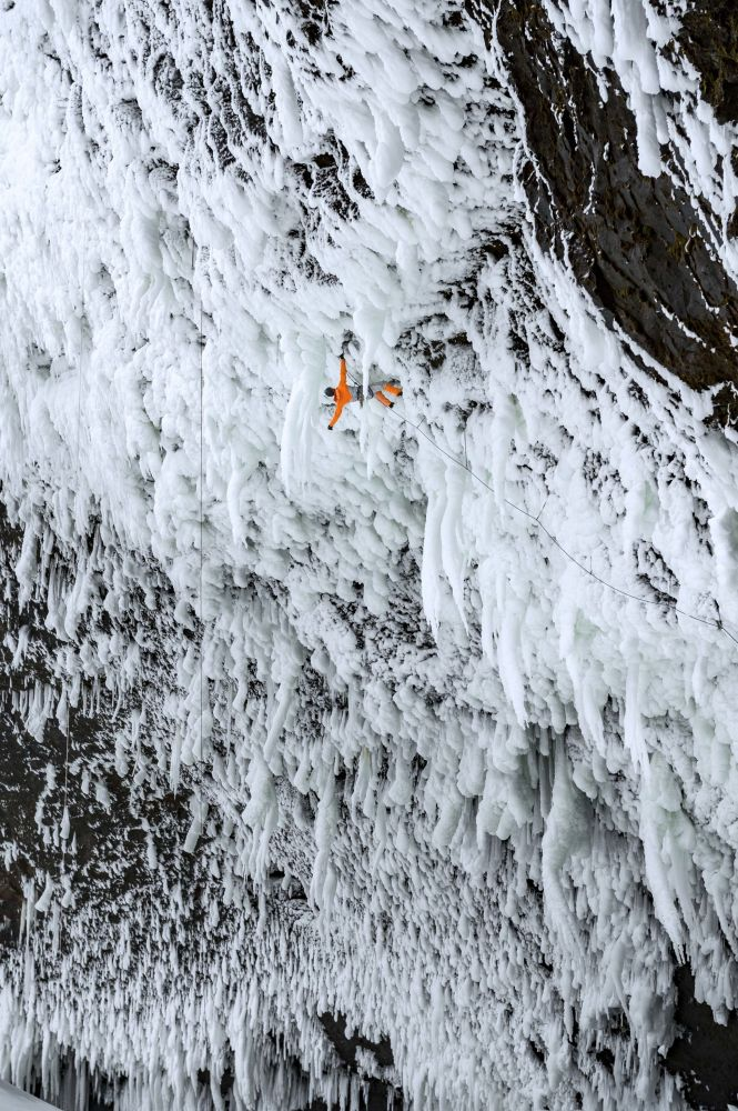 Dani Arnold, szwajcarski ekstremalny wspinacz i sportowiec, otwiera nową trasę wspinaczki lodowej w Helmken Falls w Kanadzie