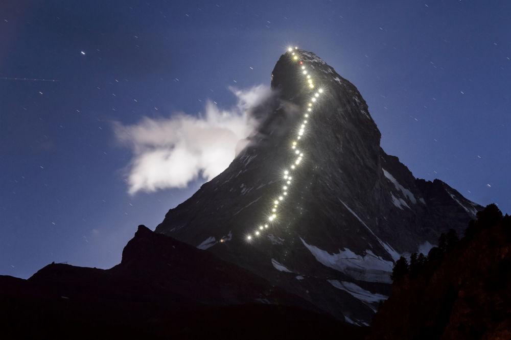 Iluminacja na szczycie Matterhorn w Alpach Pennińskich