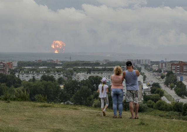 Rodzina obserwuje wybuchy na poligonie wojskowym pod Aczyńskiem w Kraju Krasnojarskim, 5 sierpnia 2019 roku