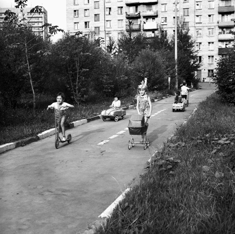Dzieci bawią się przed blokiem, 1967 rok