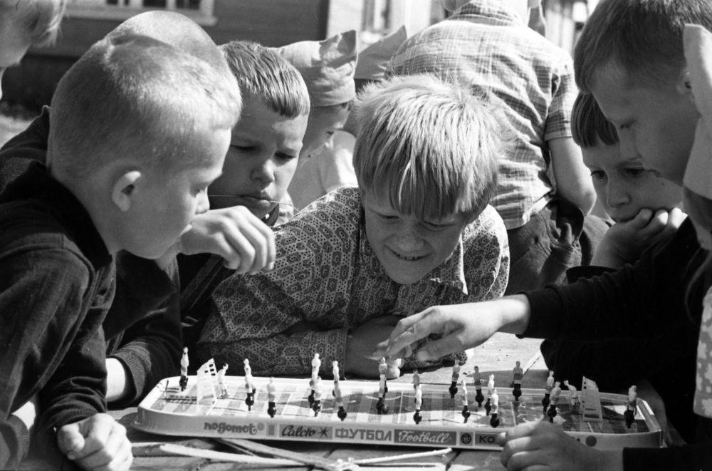 Dzieci grają w grę planszową, 1973 rok