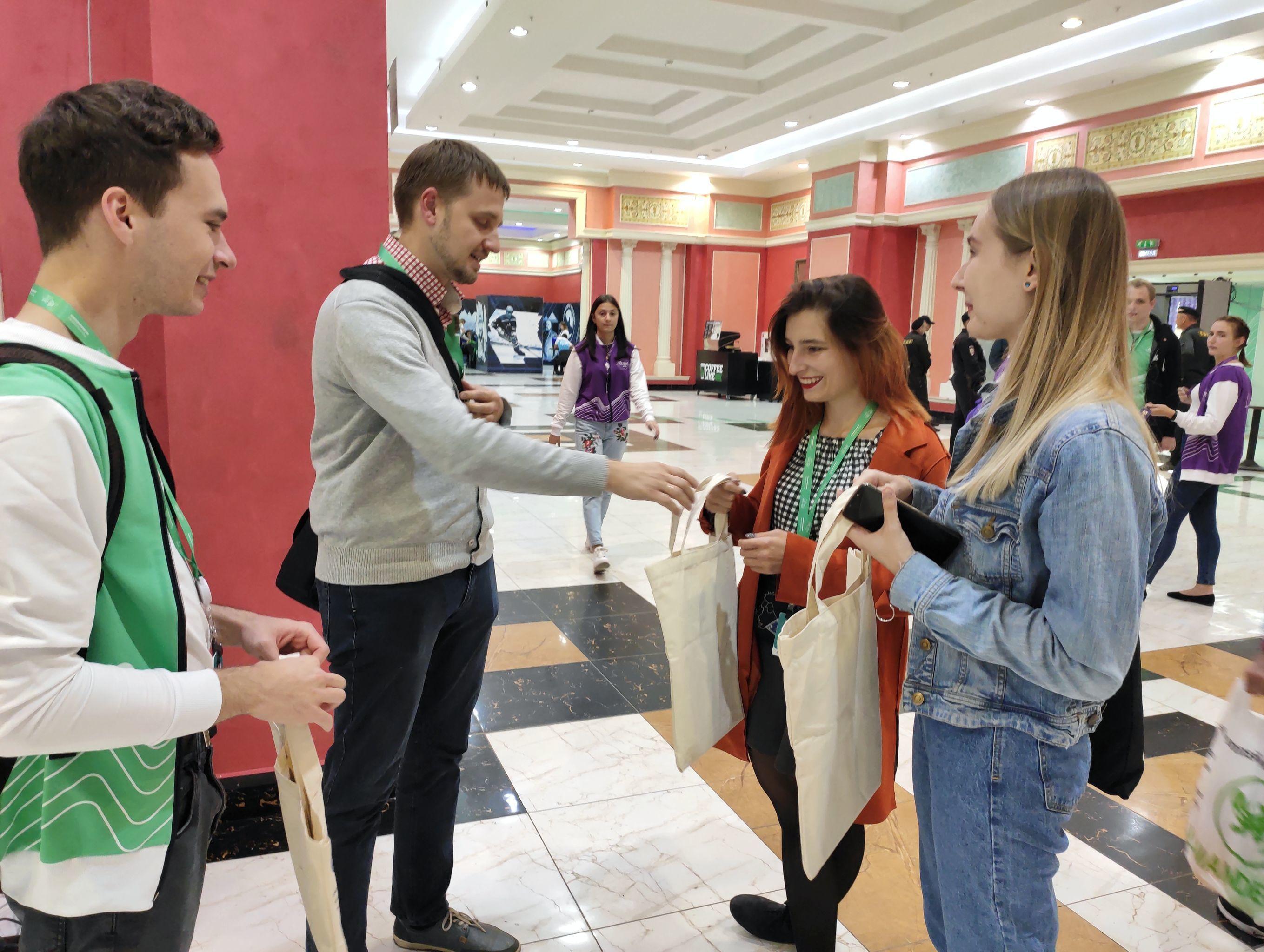 Polscy uczestnicy otrzymują prezenty od Fundacji Centrum Rosyjsko-Polskiego Dialogu i Porozumienia