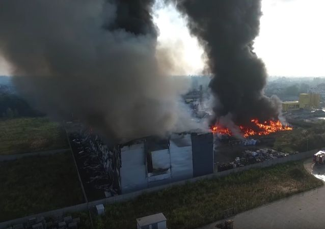 Potężny pożar na Śląsku: ogień dotarł do hali produkcji paliwa