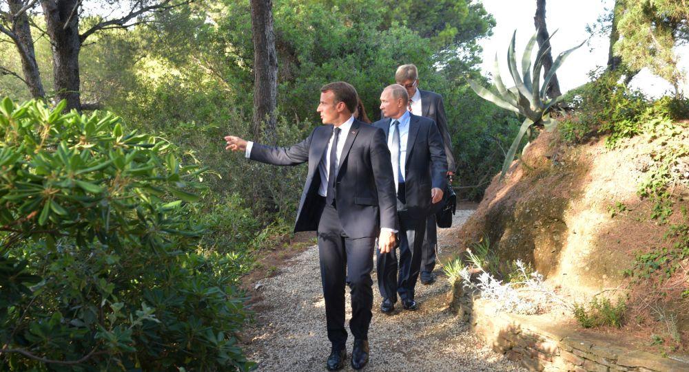 Władimir Putin i Emmanuel Macron podczas spotkania w oficjalnej letniej rezydencji francuskich prezydentów - Fort Bregancon