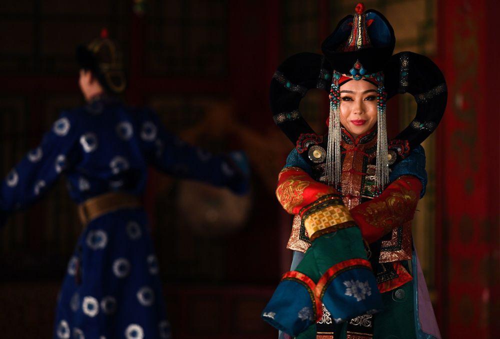 Wystąpienie artystki w teatrze tradycyjnych pieśni i tańców Tumen Ekh