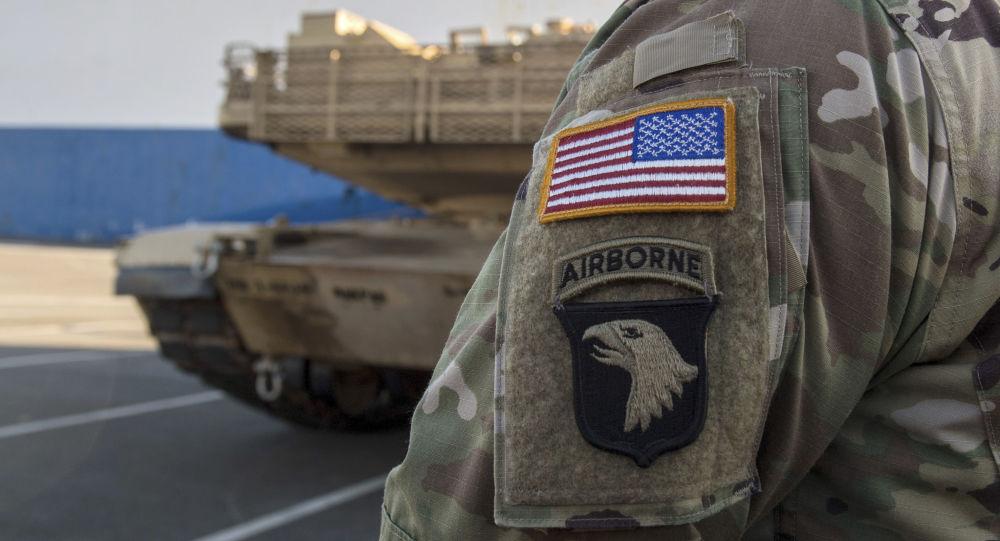 Amerykański żołnierz obserwuje rozładunek amerykańskiego sprzętu wojskowego w niemieckim mieście Bremerhaven. Zdjęcie archiwalne