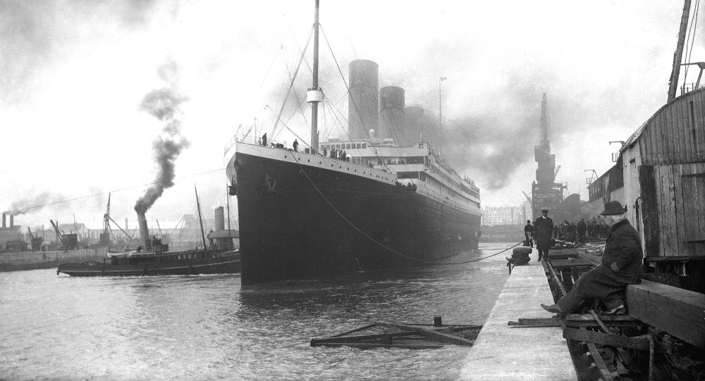 Titanic w doku portu Southampton przed wypłynięciem