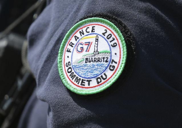Oficer policji z naszywką G7, Francja