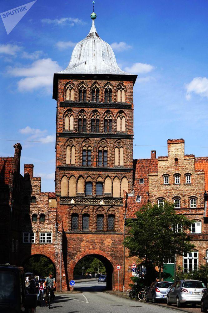 Średniowieczna brama Burgtor w mieście Lubeka, Niemcy.