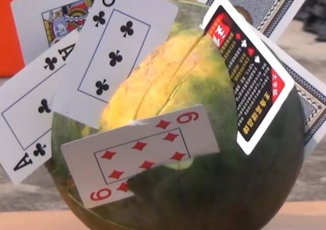 11-letni ninja tnie kartami do gry arbuzy