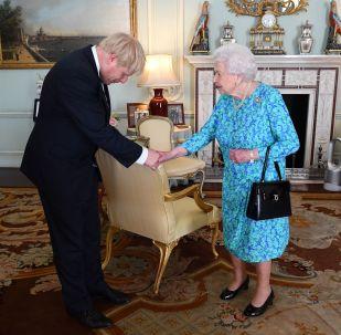 Brytyjska królowa Elżbieta II wita przywódcę partii konserwatywnej Borisa Johnsona podczas audiencji w Pałacu Buckingham