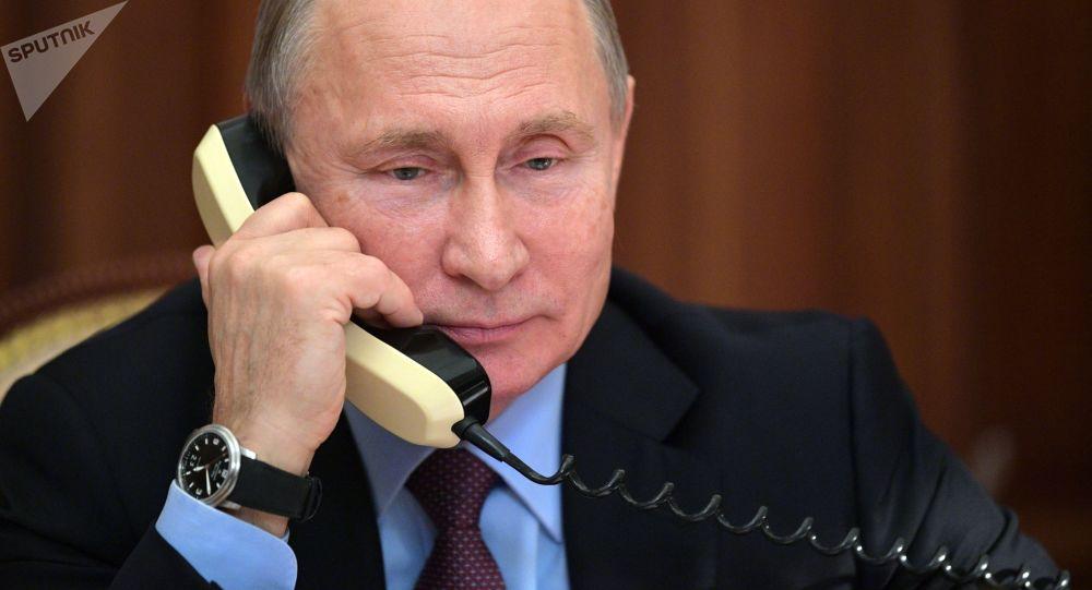 Prezydent Rosji Władimir Putin w czasie rozmowy telefonicznej