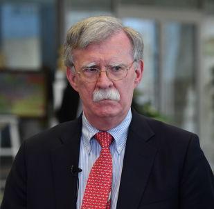 Doradca prezydenta USA ds. bezpieczeństwa narodowego John Bolton rozmawia z dziennikarzami w Mińsku po spotkaniu z prezydentem Białorusi Ałaksandrem Łukaszenką