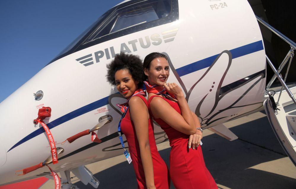Dziewczyny fotografują się przy szwajcarskim samolocie Pilatus PC-24 podczas Salonu Lotniczego i Kosmicznego MAKS 2019