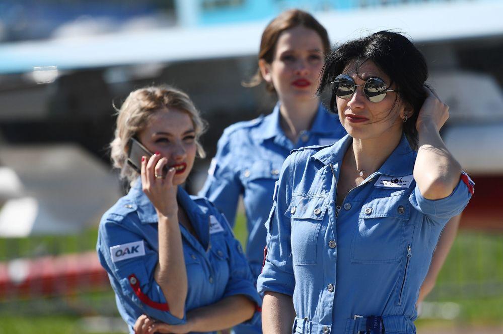 Dziewczyny na Międzynarodowym Salonie Lotniczym i Kosmicznym MAKS 2019 w obwodzie moskiewskim