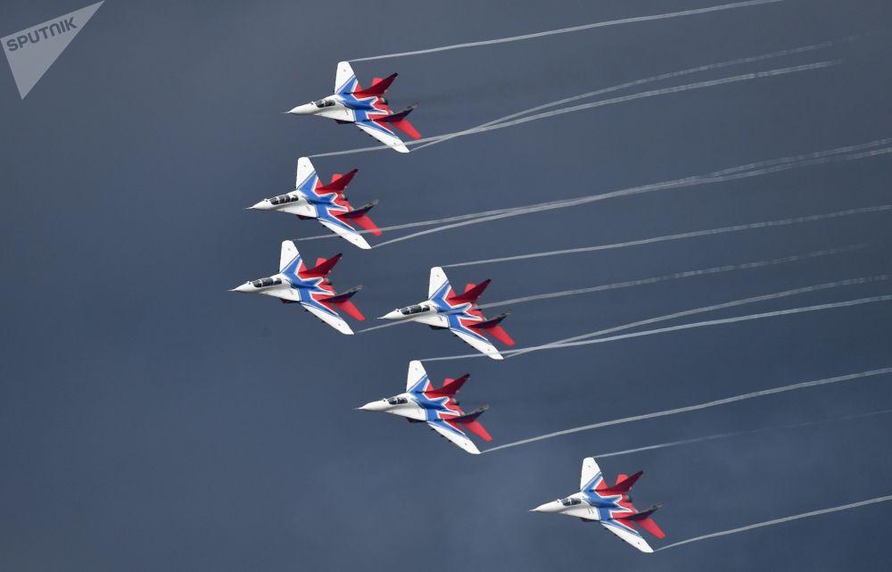 Samoloty MiG-29 zespołu akrobacyjnego Striżi na ogólnorosyjskim etapie zawodów Aviadarts na poligonie lotniczym Dubrowiczi pod Riazaniem.