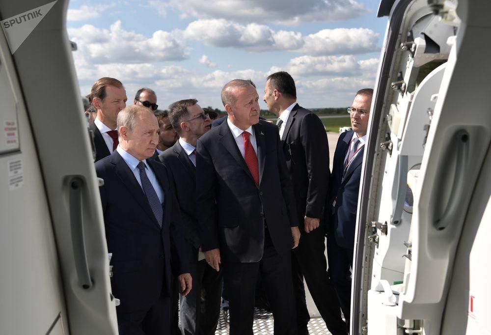 Prezydent Rosji Władimir Putin i prezydent Turcji Recep Tayyip Erdogan podczas oglądania Międzynarodowych Targów Lotniczych MAKS-2019.