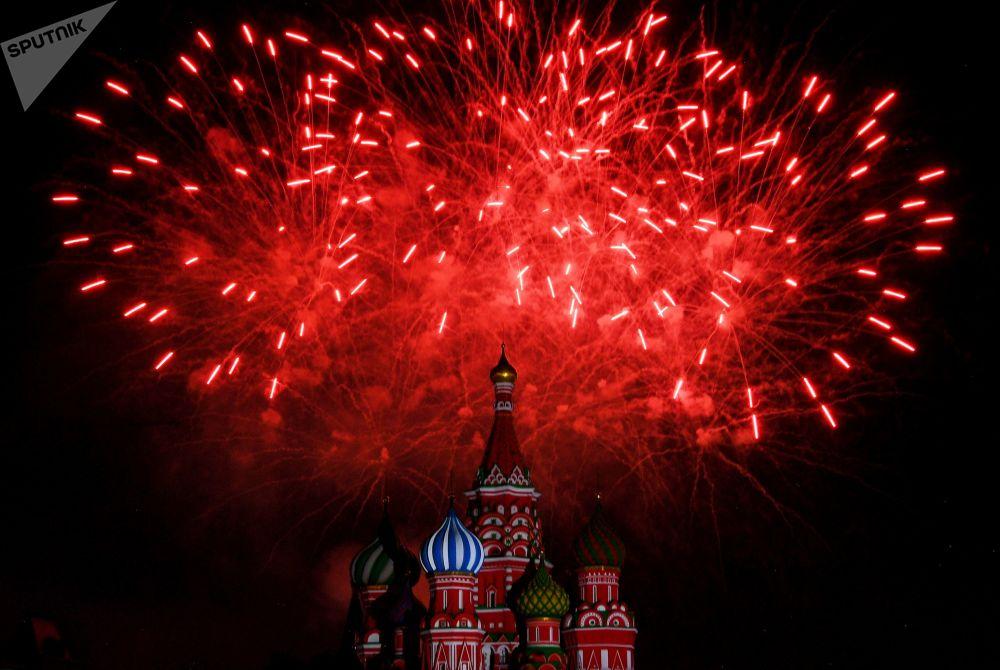 """Salut podczas ceremonii otwarcia XII Międzynarodowego Festiwalu Muzyki Wojskowej """"Spasskaja Basznia"""" na Placu Czerwonym w Moskwie."""