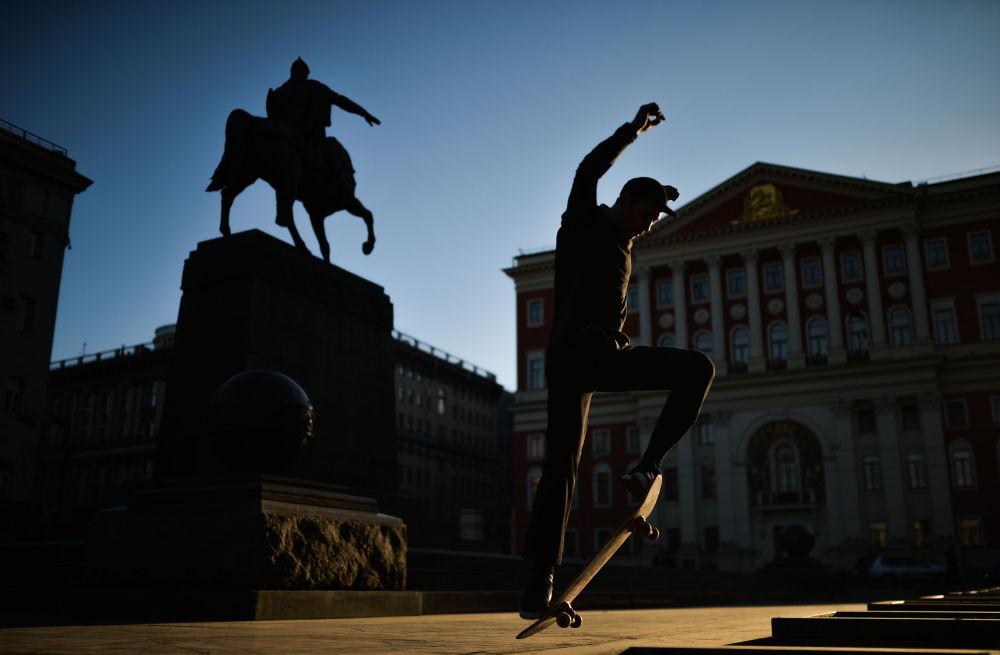 Pod pomnikiem Jerzego Dołgorukiego, założyciela Moskwy.  Ulica Twerska, Moskwa.