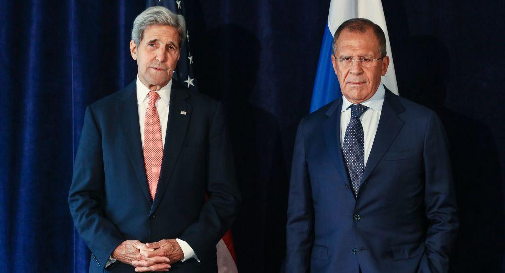 Rosyjski minister spraw zagranicznych Siergiej Ławrow i sekretarz stanu USA John Kerry podczas spotkania w Nowym Jorku