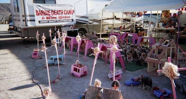 """Instalacja """"Obóz śmierci lalek Barbie na Festiwalu """"Burning Man w USA"""