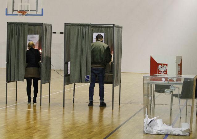 Polacy głosują w drugiej turze wyborów w lokalu wyborczym w Łomiankach
