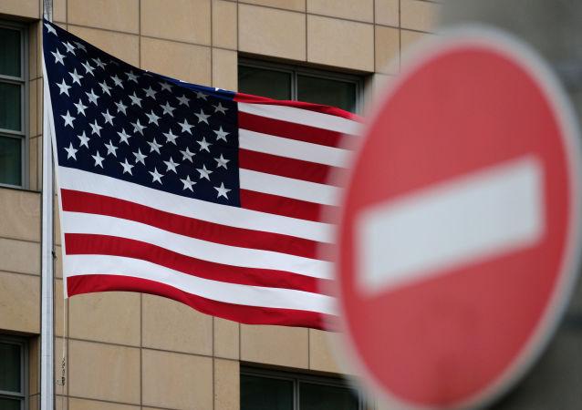 Flaga Stanów Zjednoczonych na tle znaku drogowego