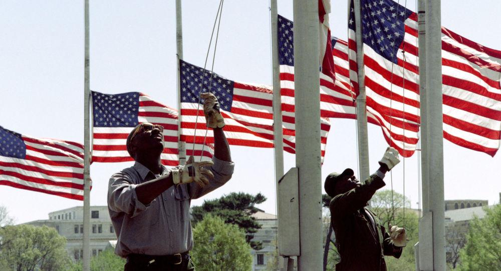 Pracownicy parku opuszczają flagi wokół pomnika Waszyngtona na cześć żałoby. Zdjęcie archiwalne