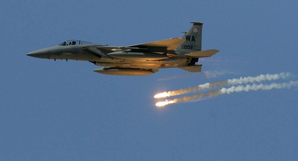 F-15 Eagle podczas demonstracji siły ognia Sił Powietrznych USA na poligonie w Nevadzie