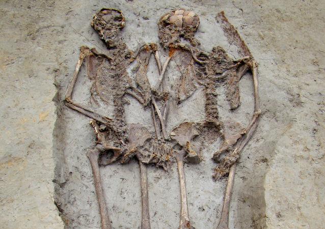 Szkielety z czasów Imperium Rzymskiego znalezione we włoskim mieście Modena trzymają się za ręce