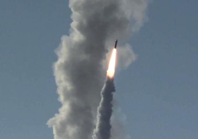 Odpalenie rakiety Buława z krążownika Jurij Dołgorukij w kierunku poligonu Kura