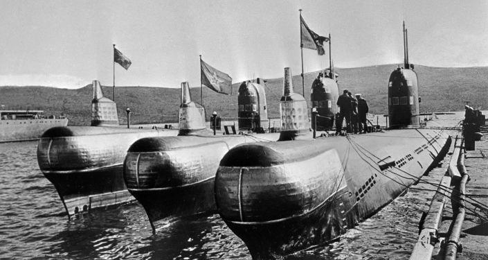 Spalinowe okręty podwodne zacumowane na przystani, 1968 rok