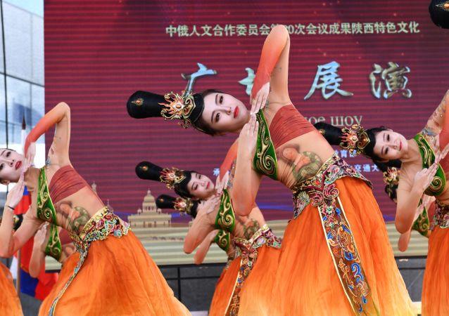 Występ chińskiego zespołu podczas festiwalu chińskiej kultury w moskiewskim kompleksie wystawowym WDNCh