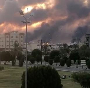 Dym w wyniku ataku drona na obiekty Saudi Aramco дрона на объекты Saudi Aramco w Buqayq